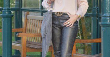 Lederimitat Hose 375x195 - Ari Sunshine: Vom Trend-Accessoire zum kompletten Look in Grau & Rosé