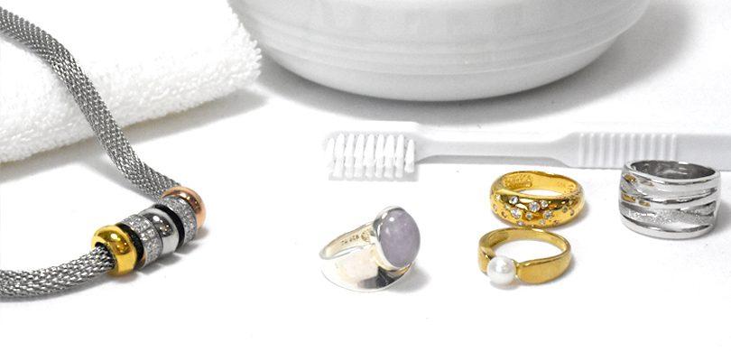schmuck reinigen bring deine schmuckst cke wieder auf hochglanz sintre. Black Bedroom Furniture Sets. Home Design Ideas