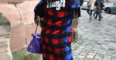 Galerie Stilheldin blau hinten 375x195 - Stilhelden des Alltag – Alle Trends in einem Outfit vereint