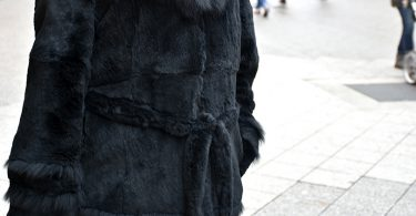 Galerie Stilheldin schwarzerPelz Manteldetail 375x195 - Stilhelden des Alltags - Classic chic in Schwarz