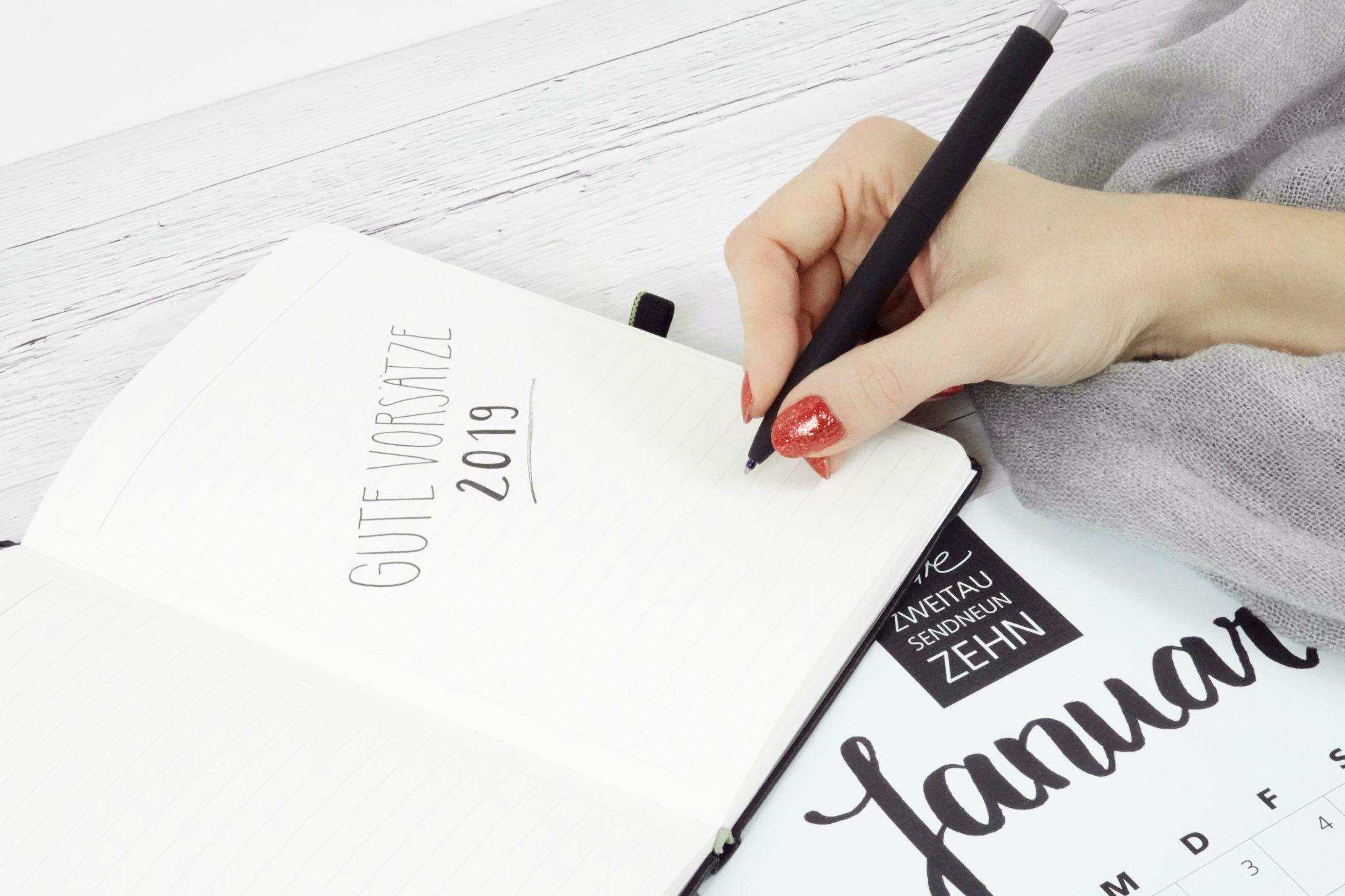 Notziblock mit Stift und Kalender