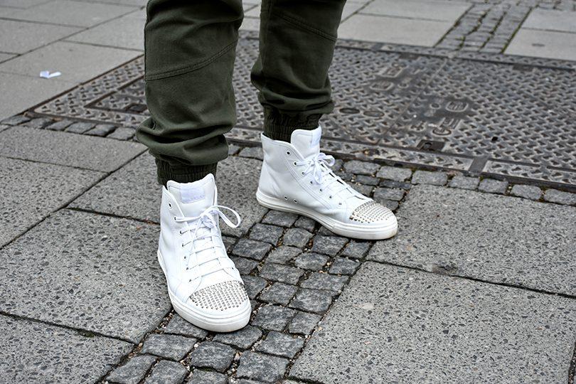 Joggingshose Schuhe 810x540 - Stilhelden des Alltags – Jogginghose als Alltagsoutfit? Wir zeigen dir wie!