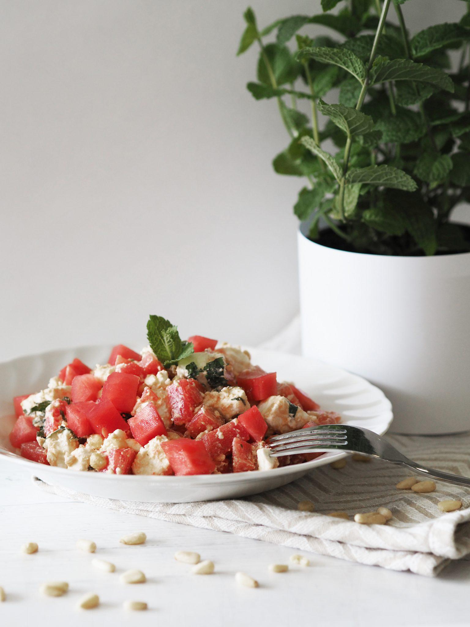erfrischender wassermelonensalat mit schafsk se sintre. Black Bedroom Furniture Sets. Home Design Ideas