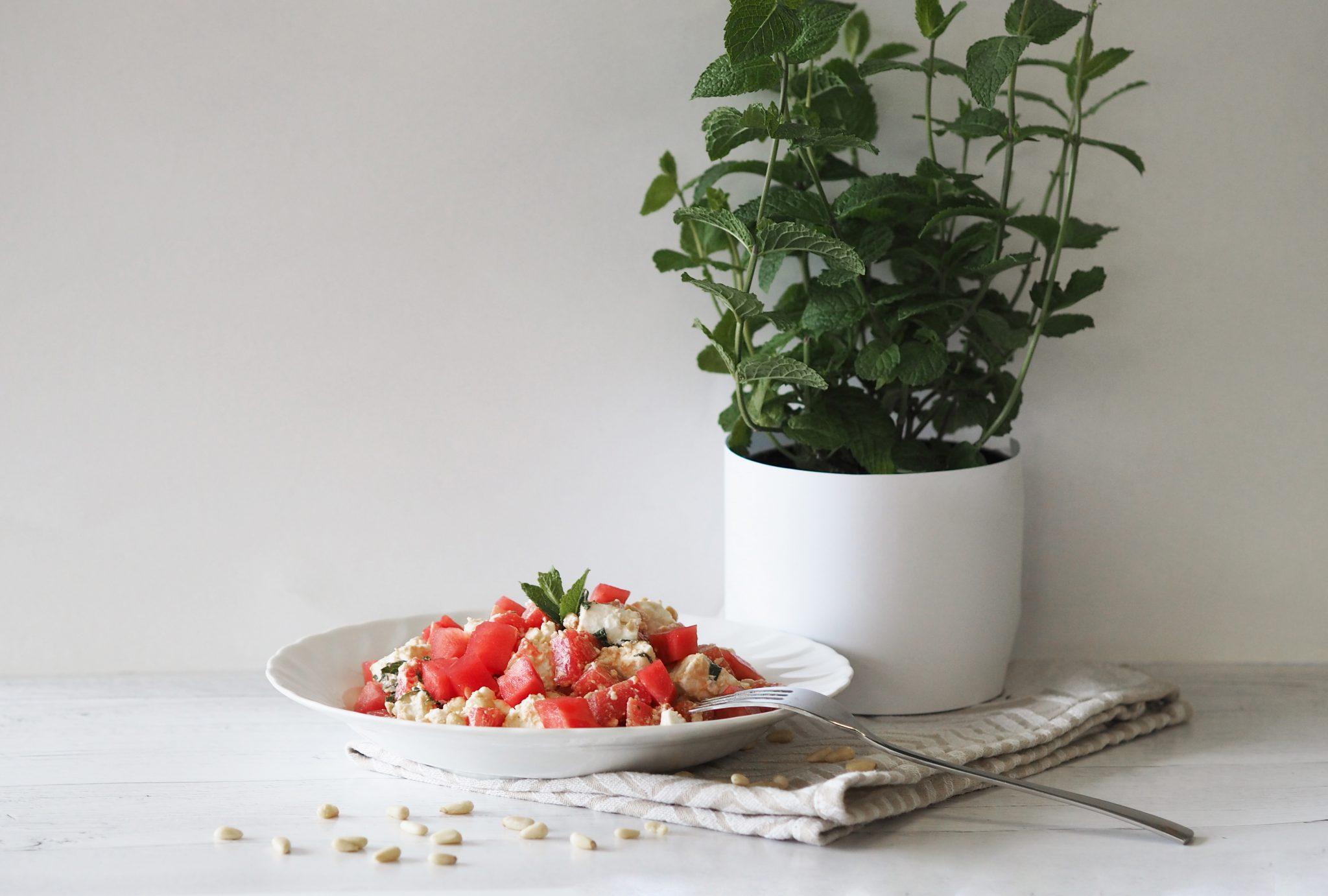 P5300255neu - Wassermelonensalat mit Feta: die sommerliche Beilage zum Grillen