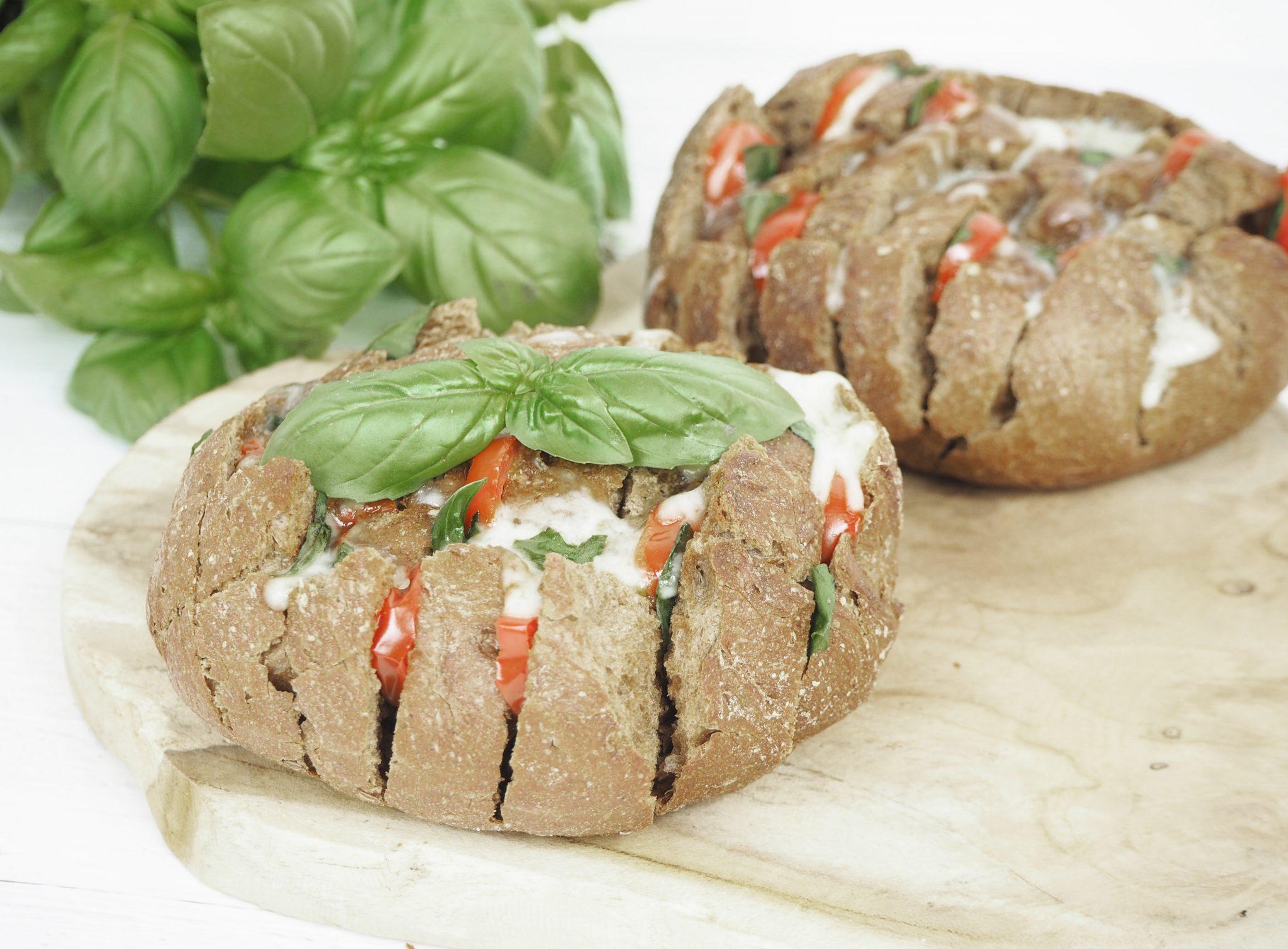 Brot mit Einschnitten gefüllt mit Tomate Mozzarella