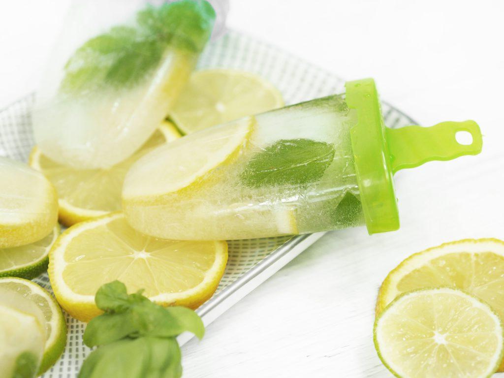 Nahaufnahme vom Zitronen-Basilikum-Wassereis am Stiel