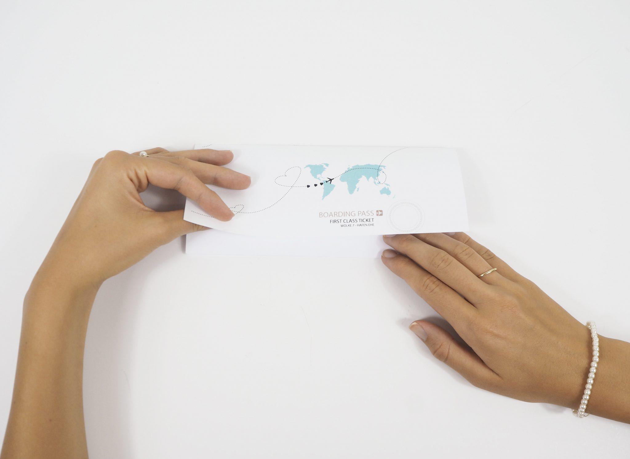 Kuvertvorderseite-umklappen-und-verschließen