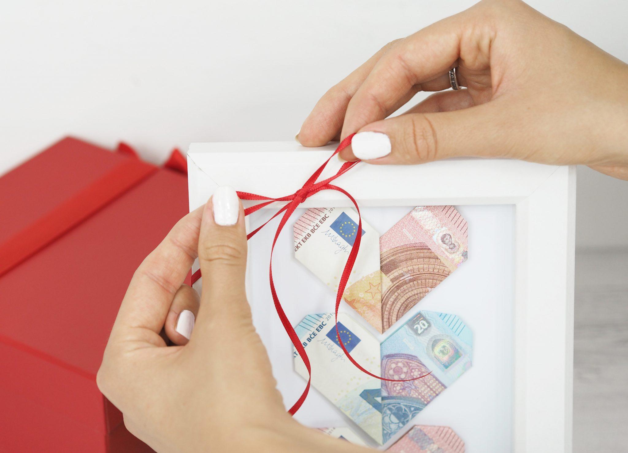 P8080413bearb. 1 - Geldgeschenk basteln: So faltest Du Herzen aus Geldscheinen