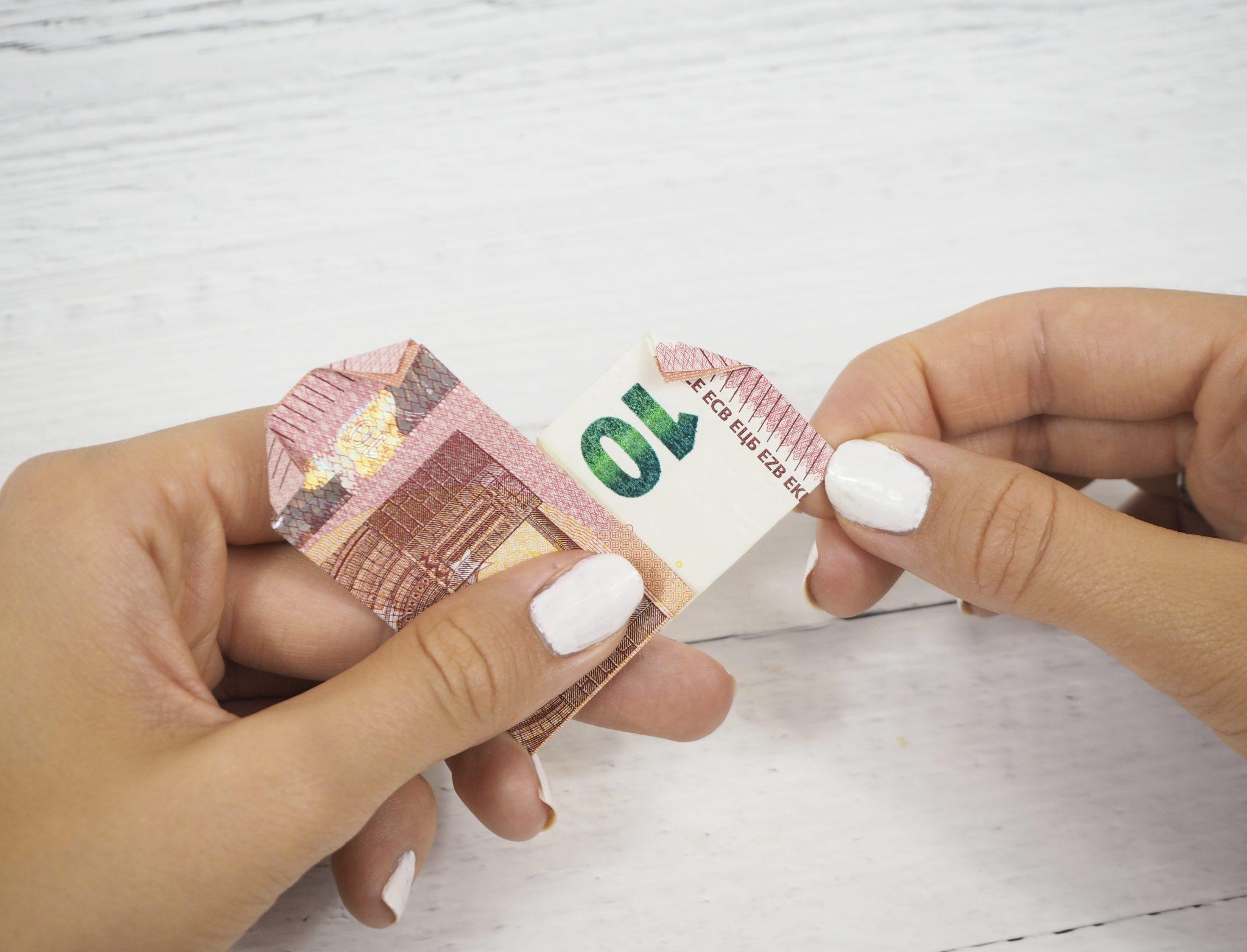 P8080449bearb. - Geldgeschenk basteln: So faltest Du Herzen aus Geldscheinen