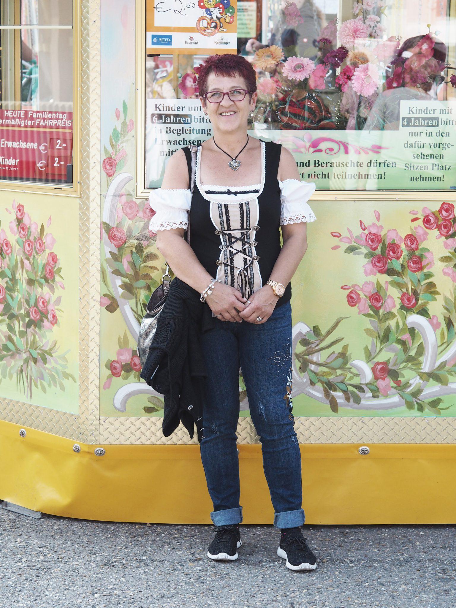 Frau mit Trachtenbluse auf Regensburger Dult