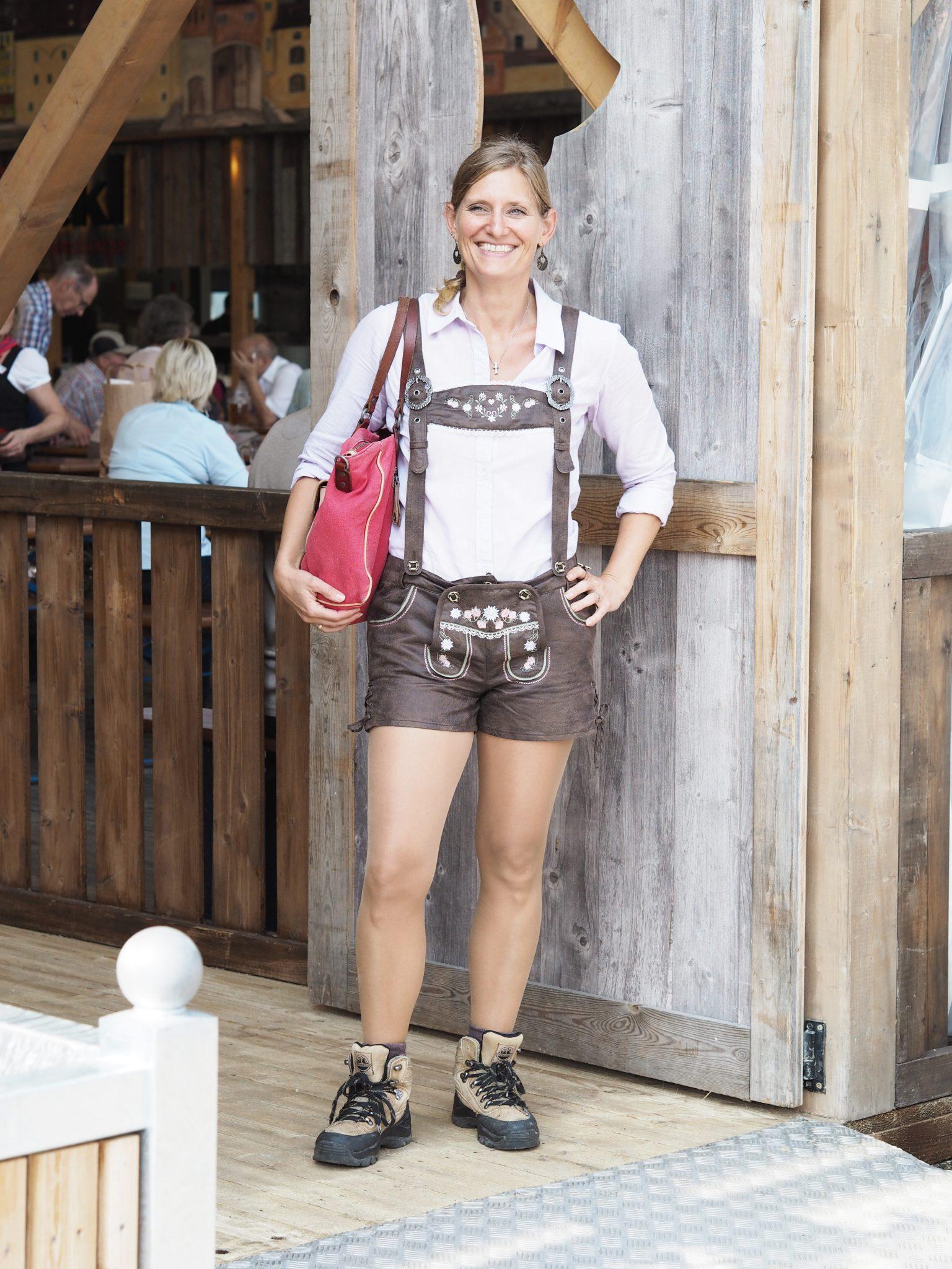 Frau in Lederhose auf der Regensburger Dult
