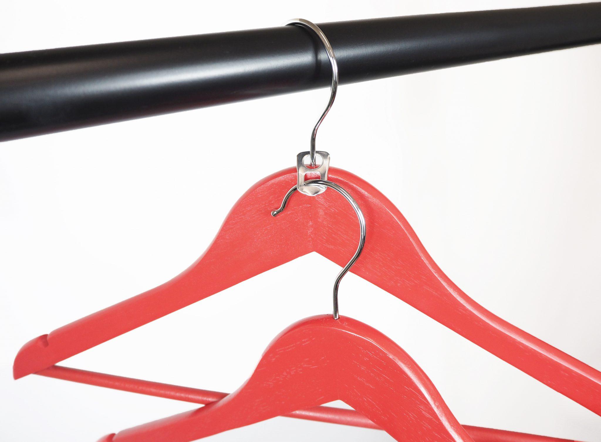 Dosenverschluss dient als Halter für einen zweiten Kleiderbügel
