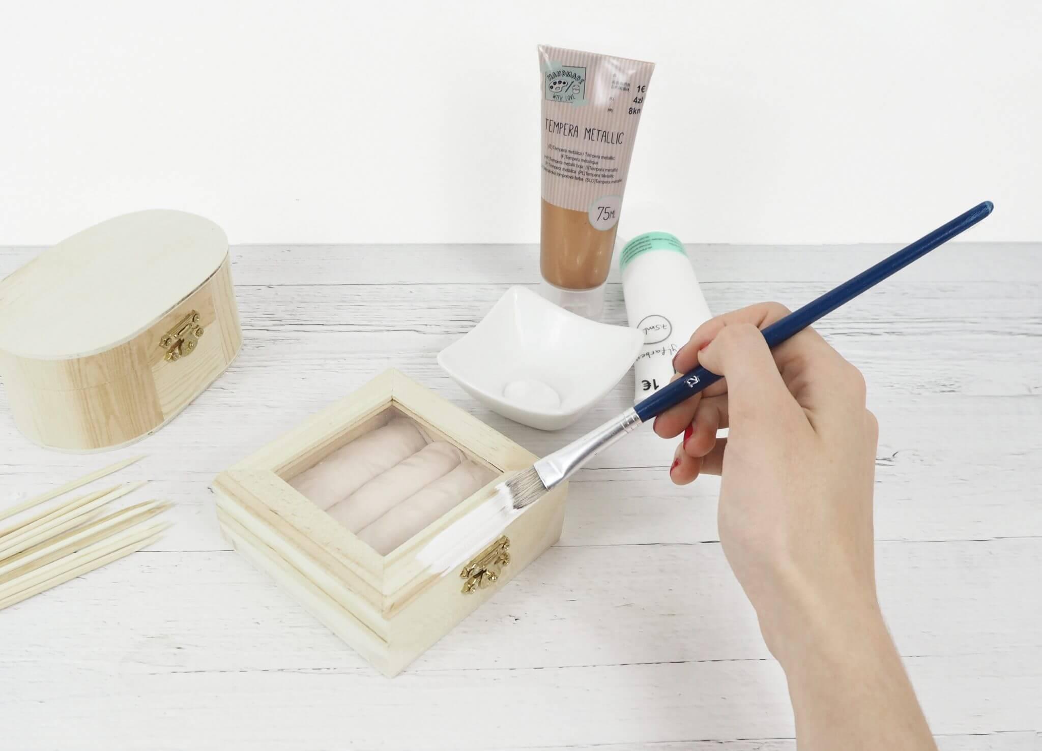 Schmuckkästchen wird mit weißer Acrylfarbe angemalt