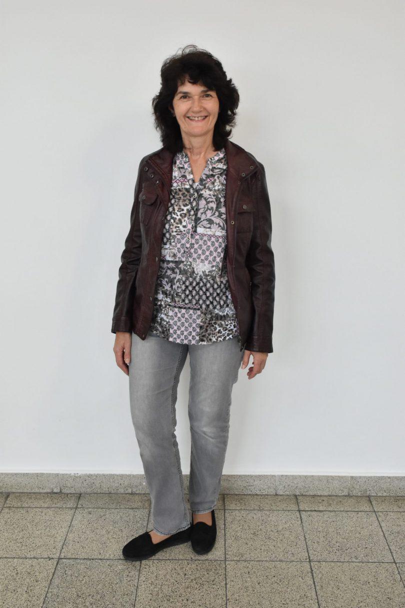 Frau vor ihrem Umstyling in legerer Kleidung