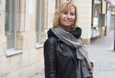 Rita, unsere Stilheldin, mit Oversize-Schal und Lederjacke