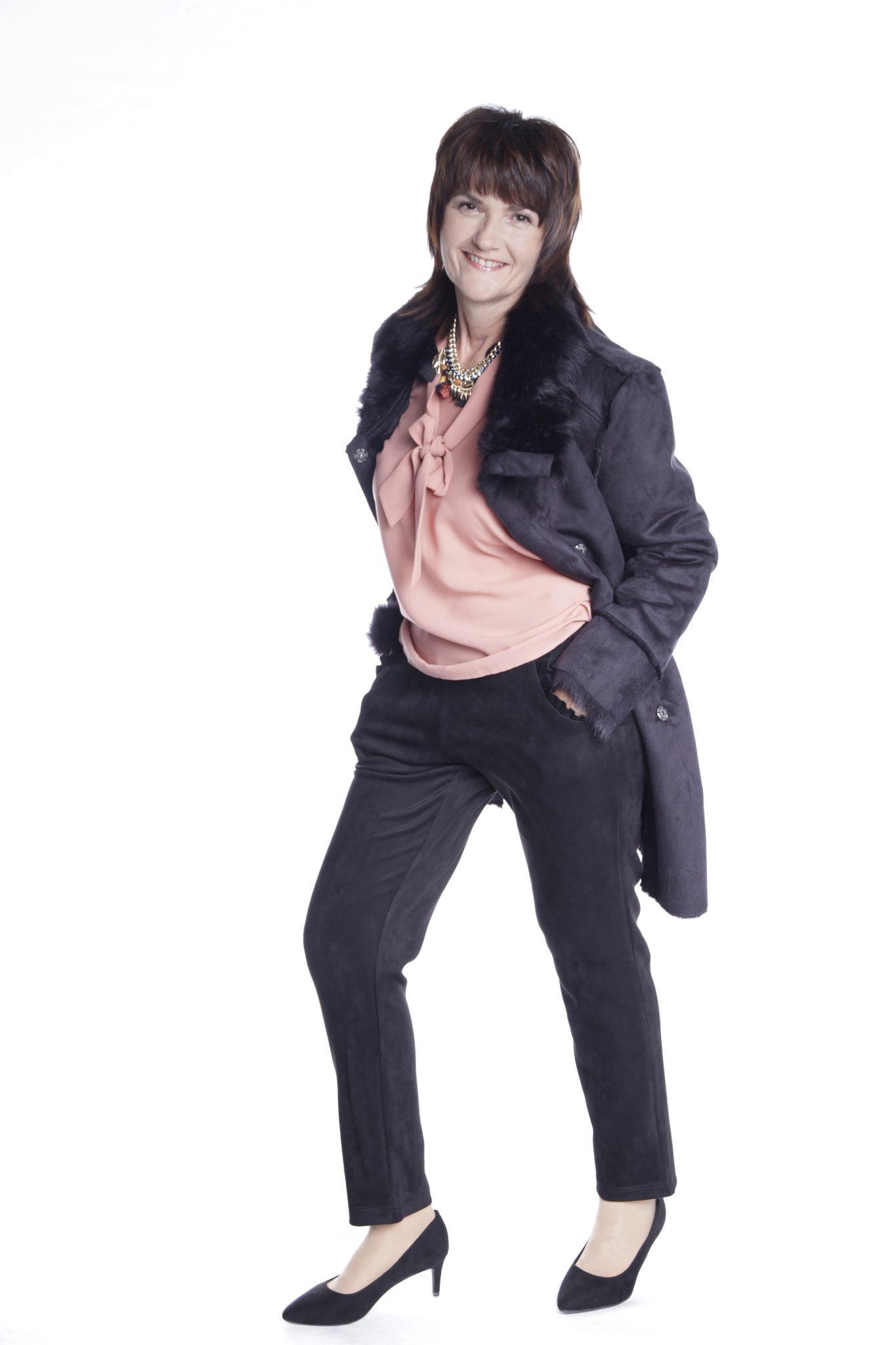 Frau beim Fotoshooting mit Mantel, Hose und Bluse