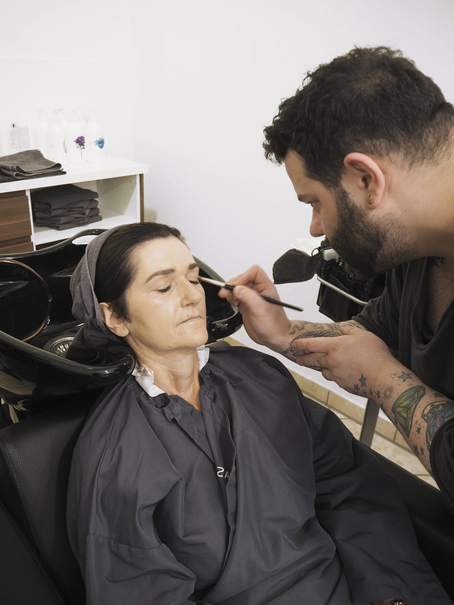 Frau wird geschminkt von Visagisten