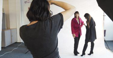 Die Fotografin und Modeexpertin helfen der Umstyling-Kandidatin beim Fotoshooting