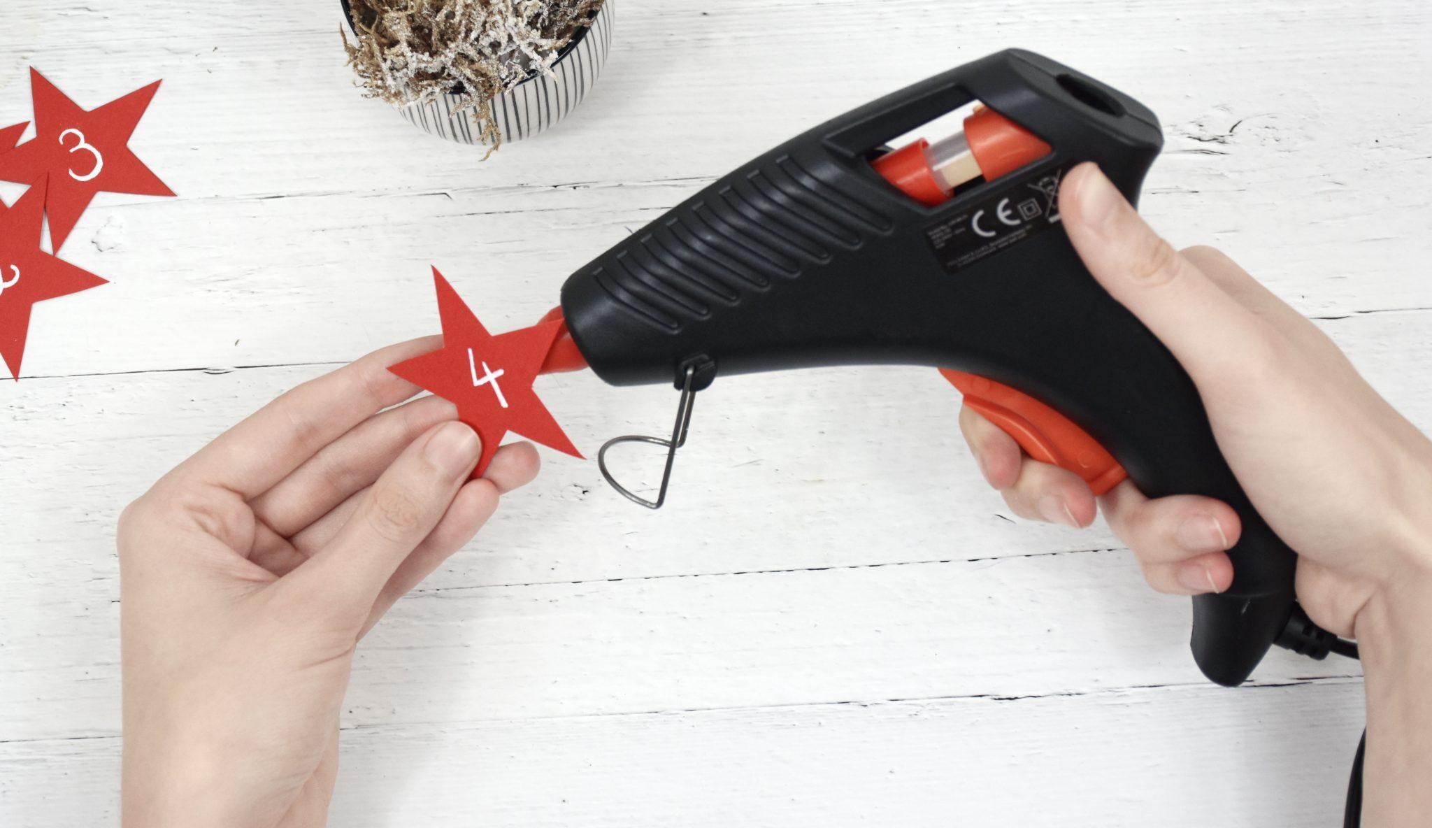 Schritt 6: Die Schilder mit einer Heißklebepistole an den Tassen befestigen