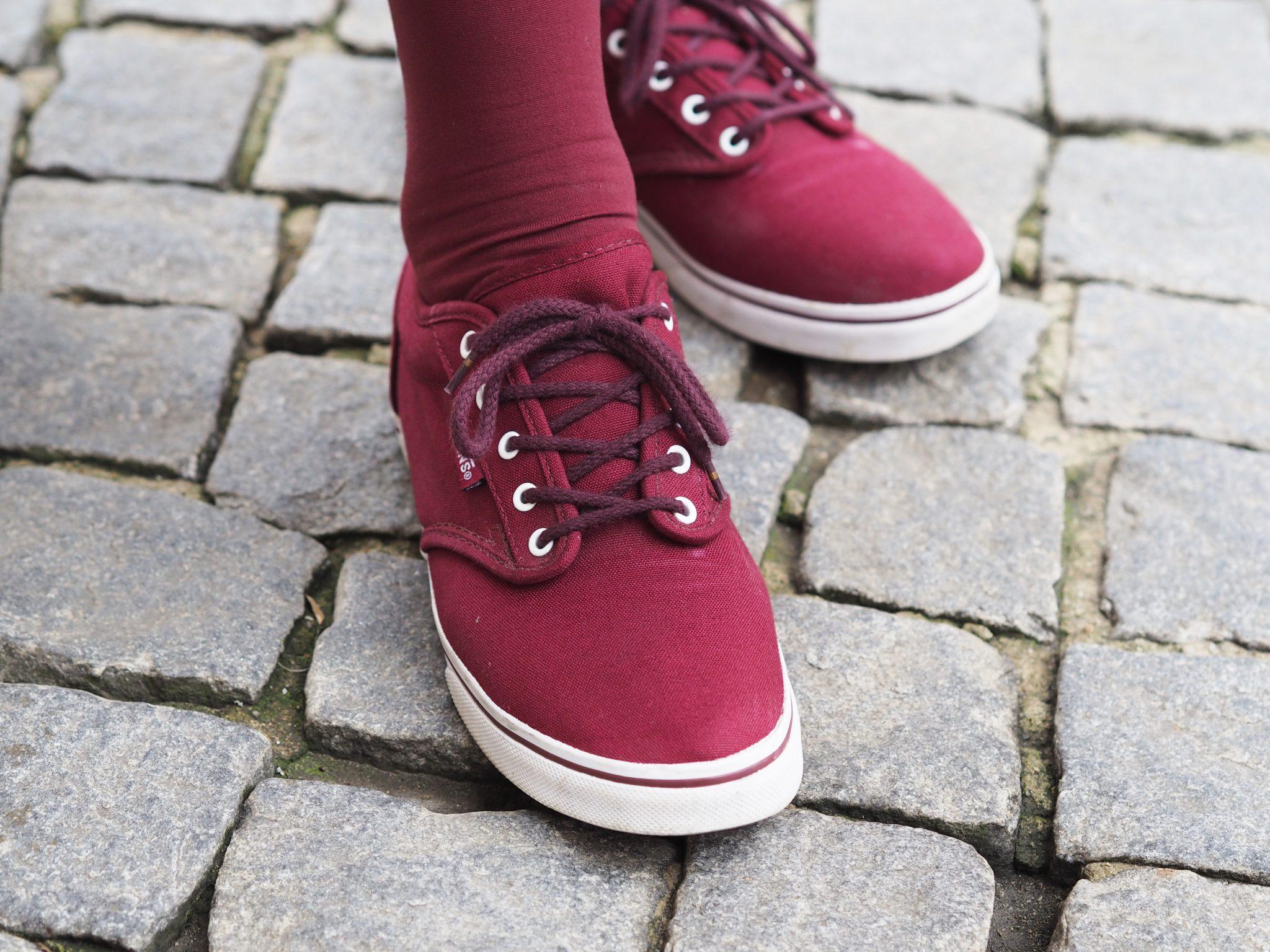 Nahaufnahme der roten Sneaker unserer Stilheldin Monika