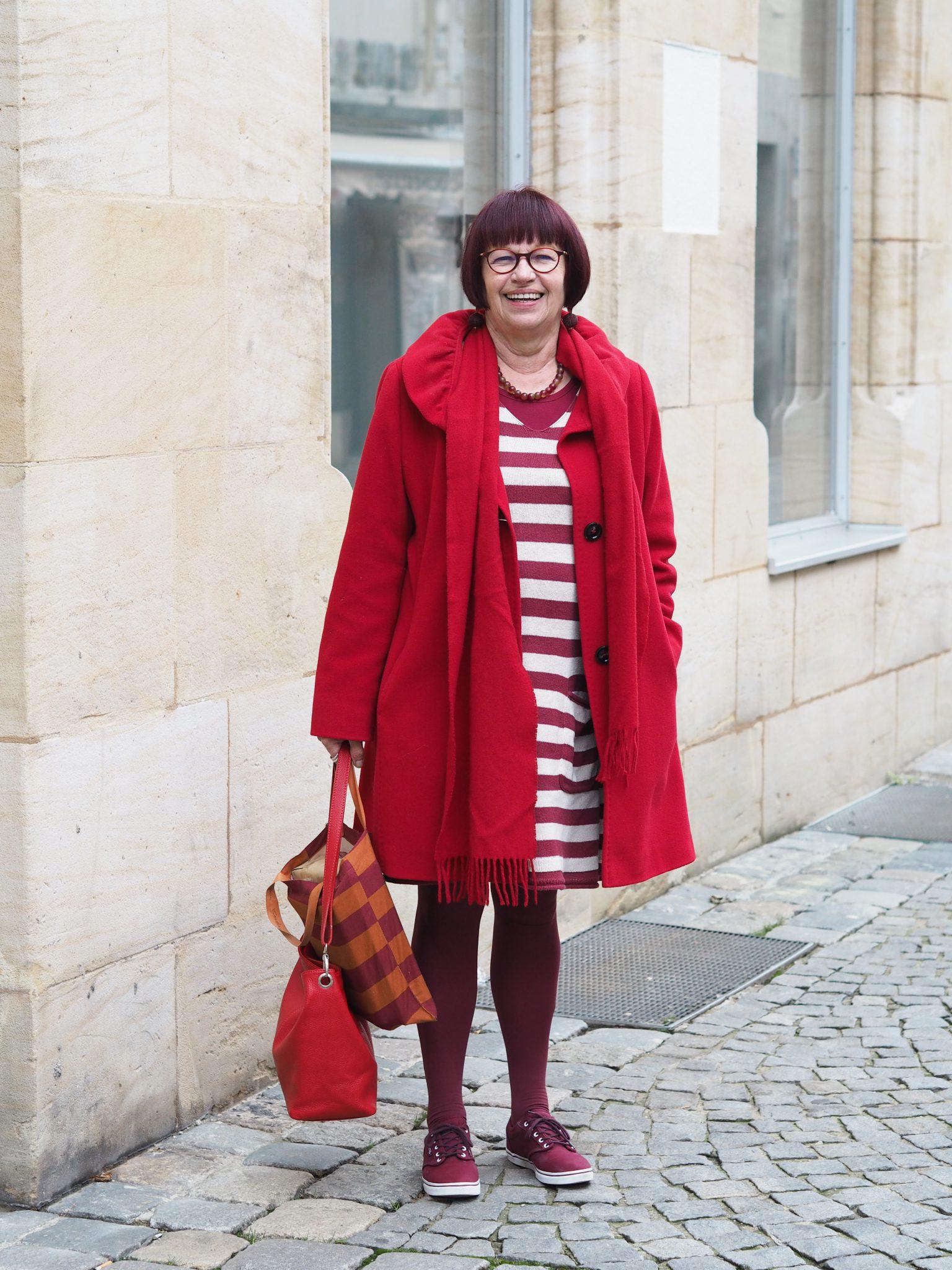 Stilheldin Monika im roten Kleid und Sneaker
