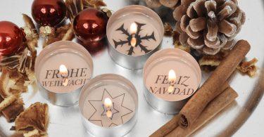 Vier Teelichter mit weihnachtlichen Botschaften und weihnachtlicher Deko