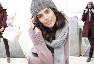 Model in weinrotem Mantel, grauem Schal und grauer Wintermütze