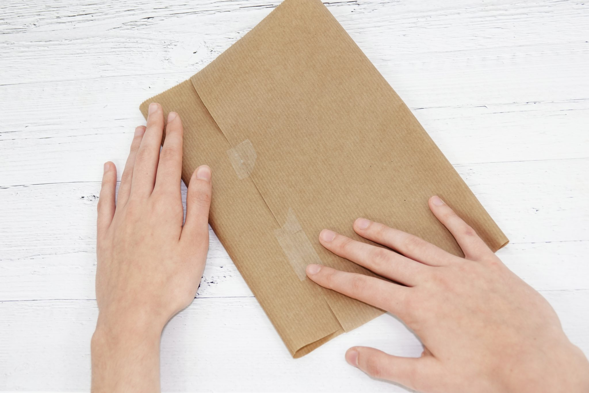 Schritt 1: Packpapier mit Klebefilm zusammenkleben