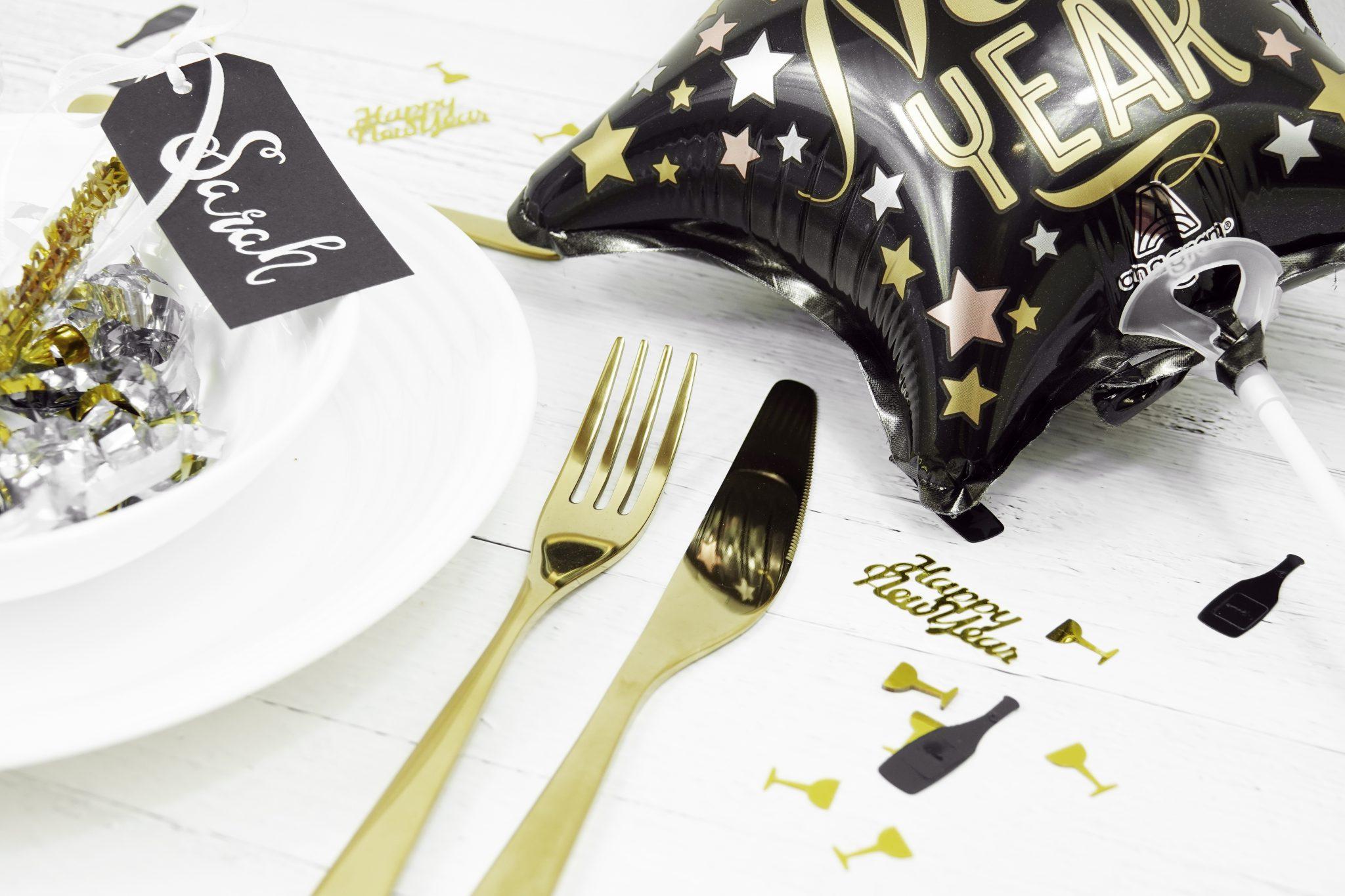 Tischgedeck für Silvester in schwarz gold