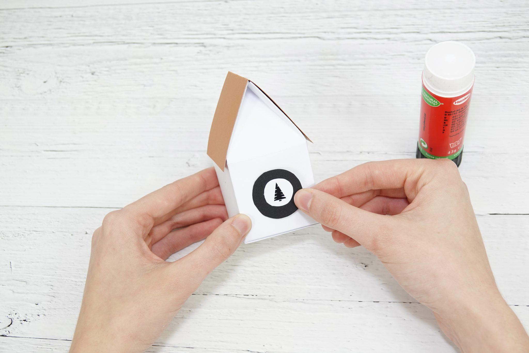 Schritt 5: Häuschen mit einem Sticker verzieren