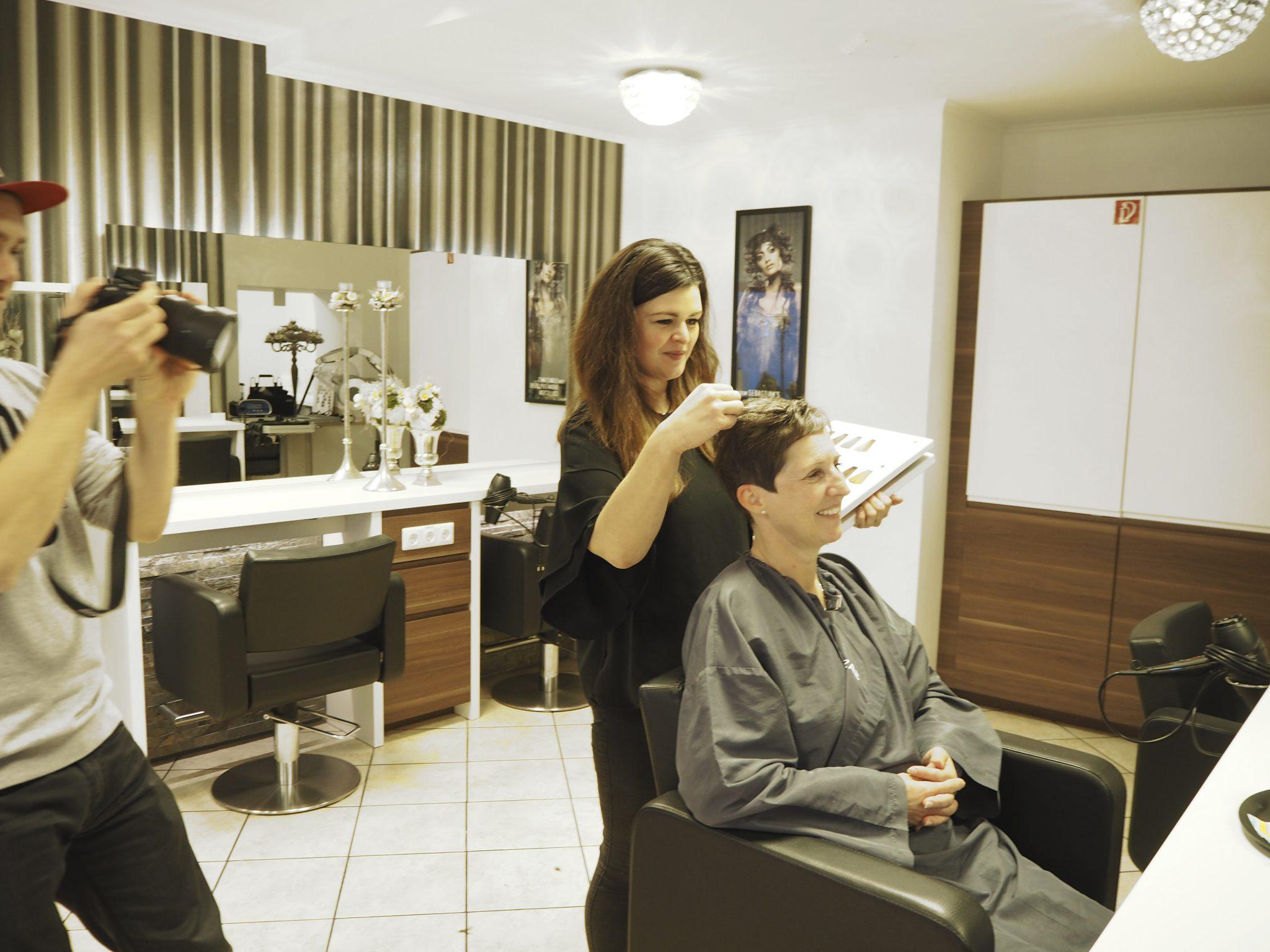 Frau wird beim Friseur umgestylt