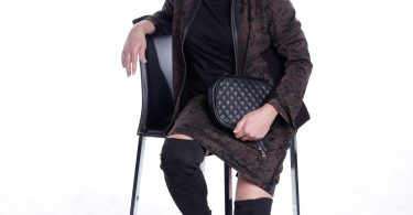 Frau posiert auf Stuhl mit Kostüm