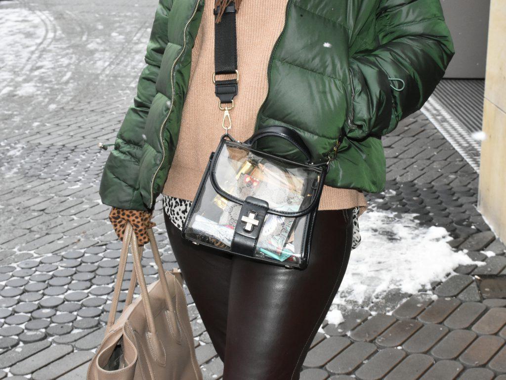 Auch Antjes durchsichtige Tasche ist momentan im Trend.