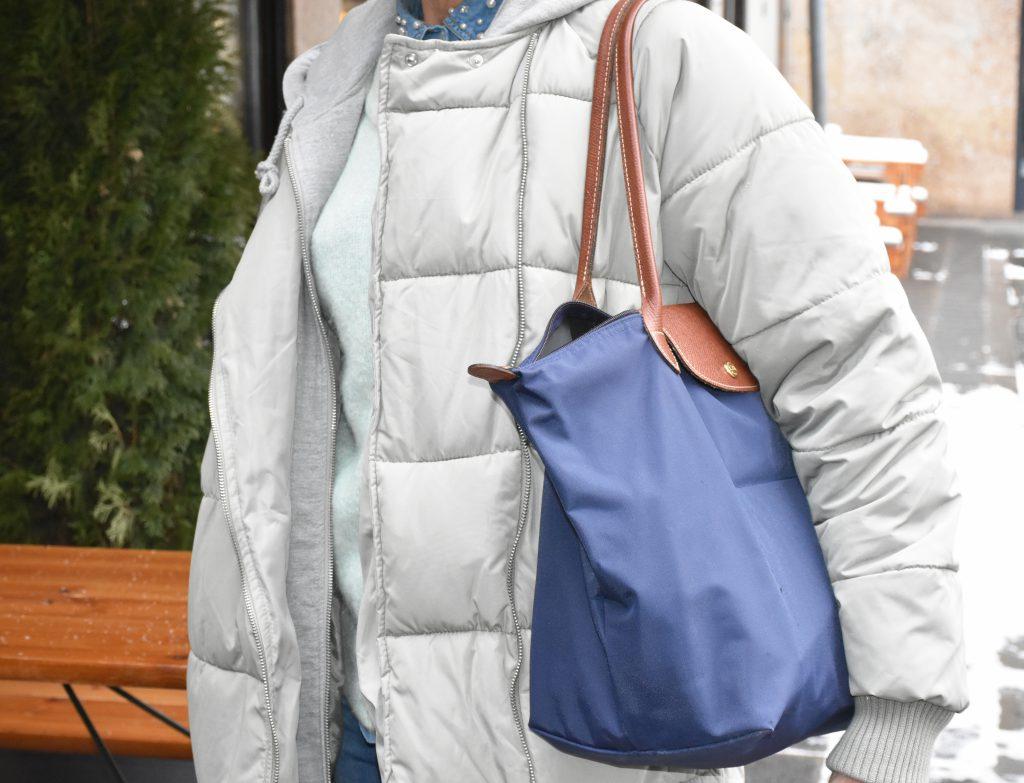 Renate kombiniert den Daunenmantel zu einem dunkelblauen Shopper.