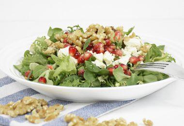 Salat mit Granatapfel, Feta, Walnüssen