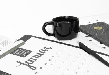 Kalender mit Kaffeetasse