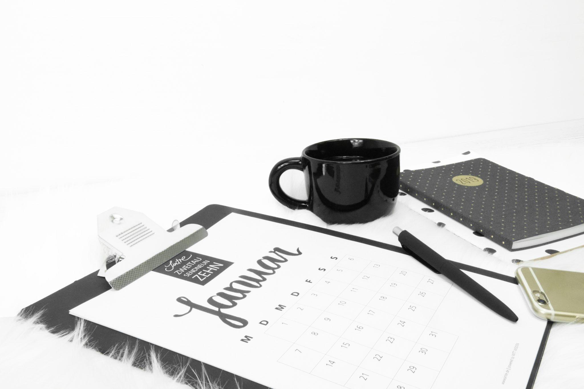 Kalender auf Kunstfell mit Kaffeetasse