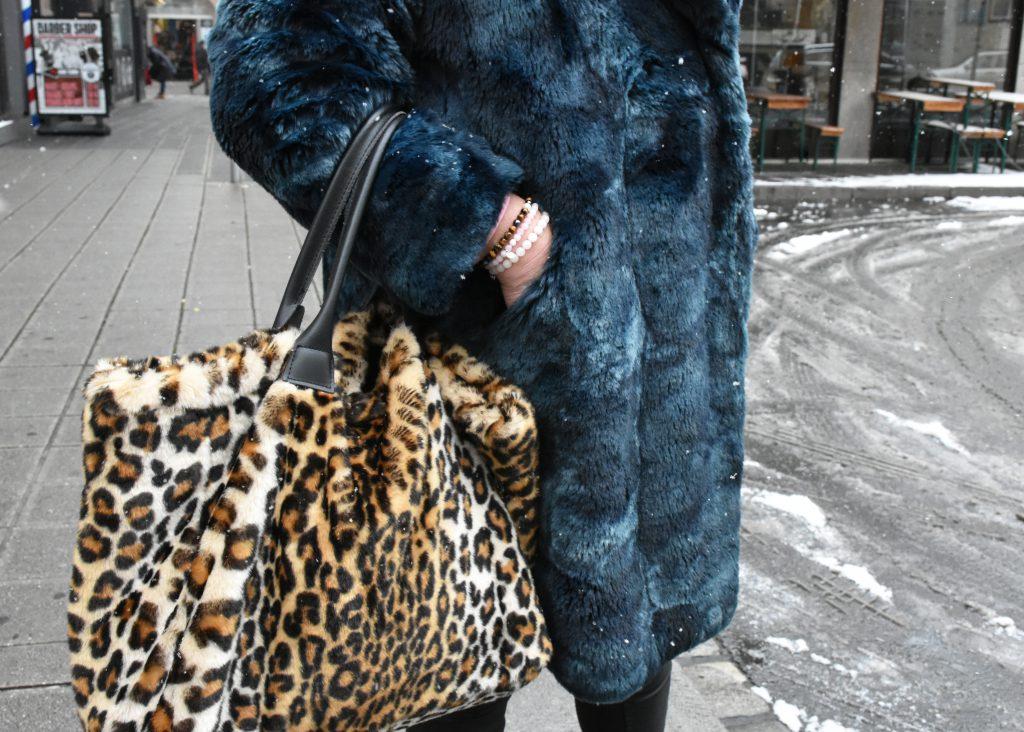Mit dem großen Shopper in Leo-Print liegt Stilheldin Susanne voll im Trend.