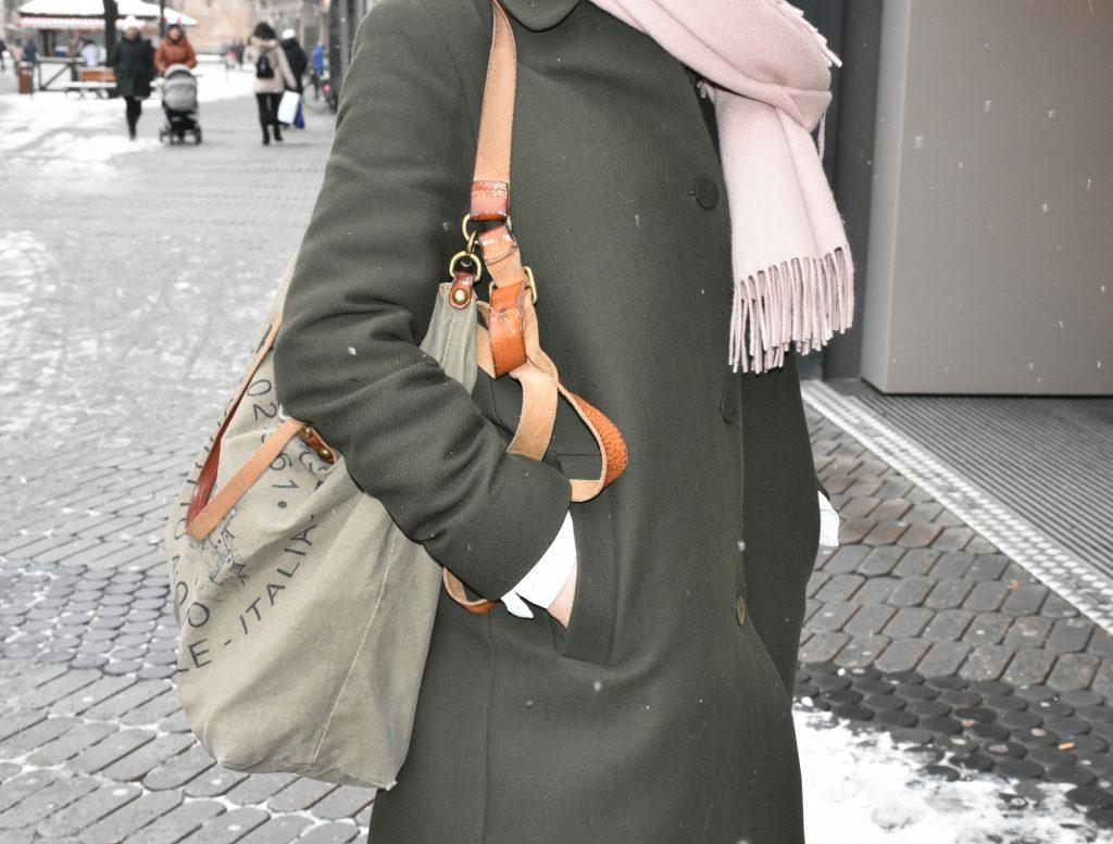 Stilheldin Susanne zeigt ihren grauen Wollmantel mit einem großen Shopper.