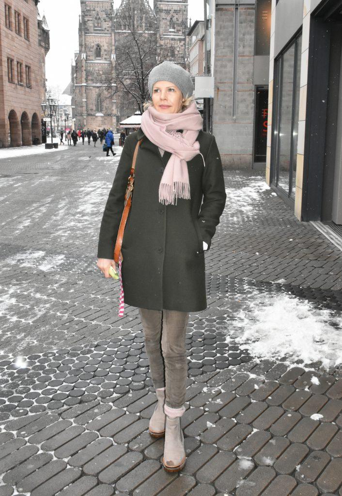 Stilheldin Susanne zeigt ihren dunkelgrauen Wollmantel.