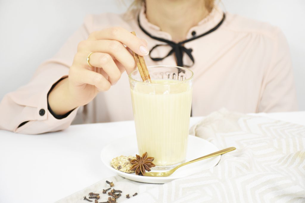 Chai Latte mit Zimtstange 1024x683 - Trendgetränk Chai Latte – Warm durch den Winter