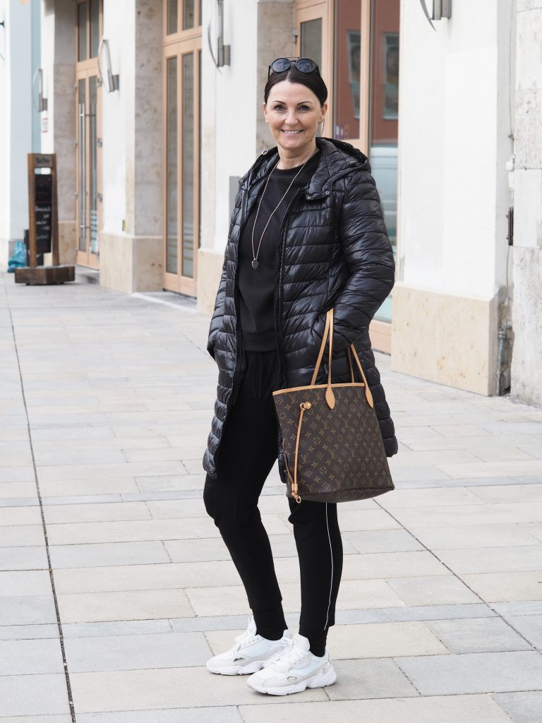 Stilheldin Christine im Schwarz all over Look mit einer Sweatpants mit Galonstreifen