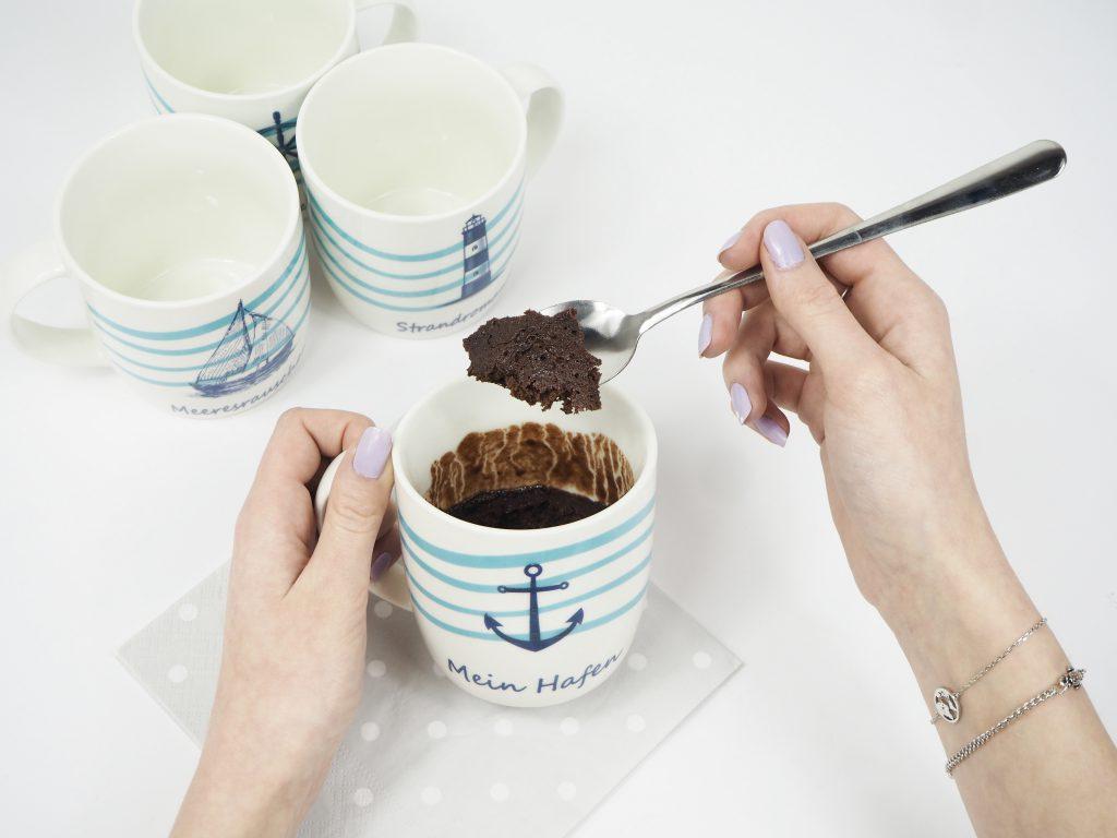Schritt 3: Jetzt kannst du den Tassenkuchen anrichten und servieren