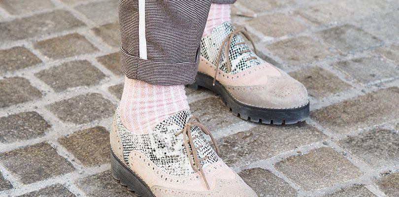 Detailaufnahme eines Schuhs mit einer Hose mit Galonstreifen
