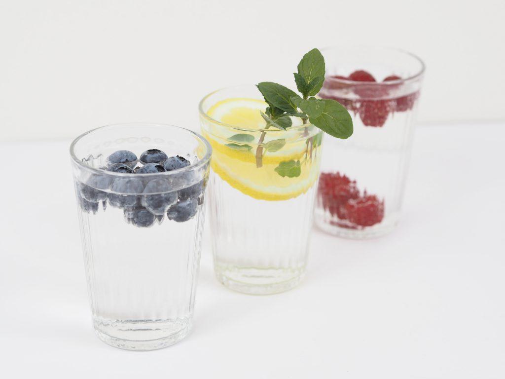 verschiedene Varianten von Infused Water