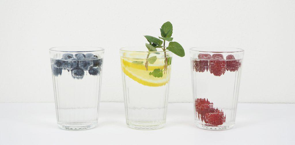 Wasser mit Beeren und Zitrone