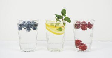 Wasser mit Beeren undf Zitrone