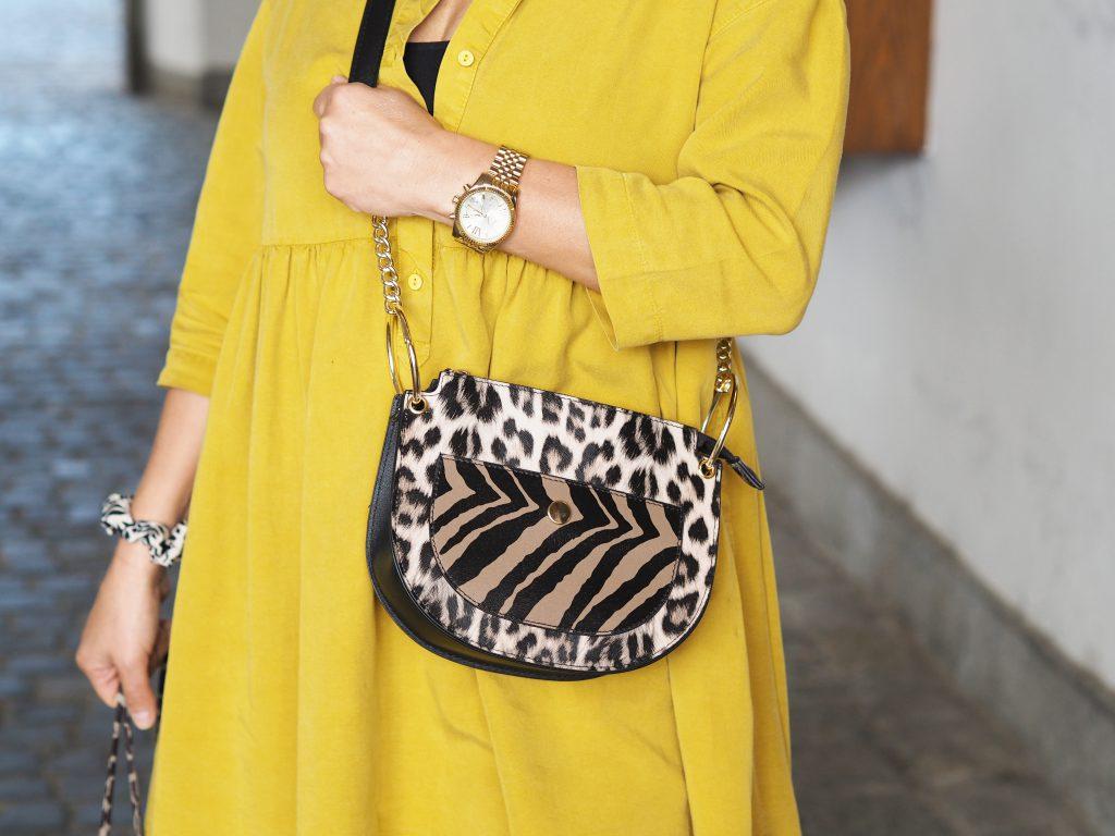 Detailaufnahme Leo-Print Tasche zur gelben Long-Bluse