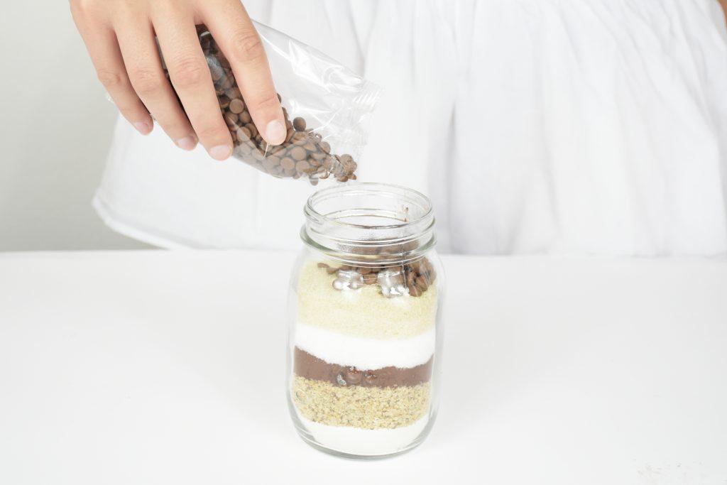 Brownie Backmischung einfüllen