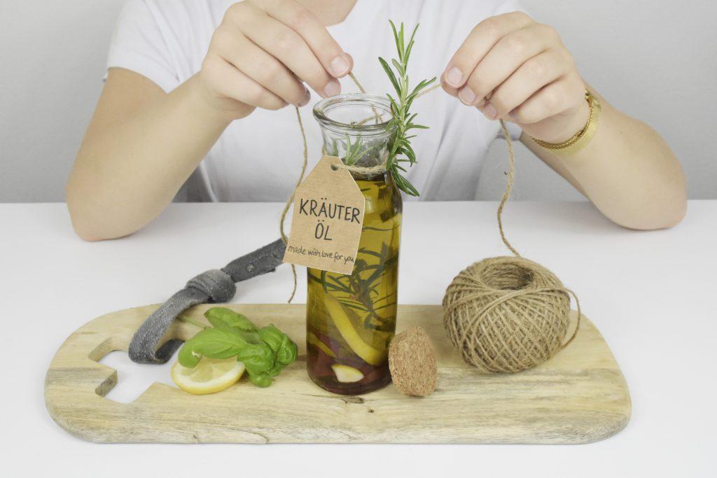 Kräuter-Öl wird verziert